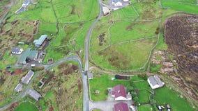 Vogelperspektive des Autofahrens an Crohy-Kopf südlich Dungloe, Grafschaft Donegal - Irland stock footage