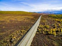 Vogelperspektive des Autofahrens durch den Wald auf Landstra?e Russland lizenzfreies stockfoto