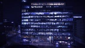 Vogelperspektive des Bearbeitens des späten Büros nachts in London stock footage