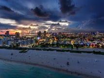 Vogelperspektive des belichteten Ozean-Antriebs und des Südstrandes, Miami, Florida, USA stockfotos