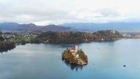 Vogelperspektive des berühmten Sees blutete mit der kleinen Insel und der Pilgerfahrt-Kirche der Annahme von Maria stock video