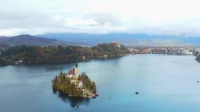 Vogelperspektive des berühmten Sees blutete mit der kleinen Insel und der Pilgerfahrt-Kirche der Annahme von Maria stock footage