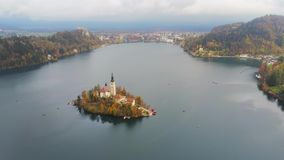 Vogelperspektive des berühmten Sees blutete mit der kleinen Insel und der Pilgerfahrt-Kirche der Annahme von Maria stock video footage