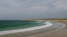 Vogelperspektive des ber?hmten Magheraroarty-Strandes - Machaire Rabhartaigh - auf der wilden atlantischen Weise in der Grafschaf stock video footage