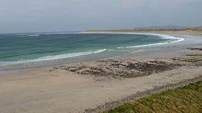 Vogelperspektive des ber?hmten Magheraroarty-Strandes - Machaire Rabhartaigh - auf der wilden atlantischen Weise in der Grafschaf stock footage