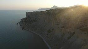 Vogelperspektive des Berges und des Schwarzen Meers bei einem Sonnenuntergang Nahe Sudak krim stock footage