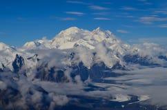 Vogelperspektive des Bergs Denali - Spitze mt McKinley von einer Fläche mit Gletschern herum und blauem Himmel oben Denali nation stockfotografie