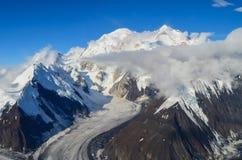 Vogelperspektive des Bergs Denali - Spitze mt McKinley von einer Fläche mit Gletschern herum und blauem Himmel oben Denali nation lizenzfreie stockfotos