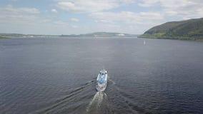 Vogelperspektive des beweglichen Motorschiffs auf breitem Fluss am sonnigen Tag, nach Boot stock video footage