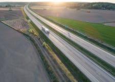 Vogelperspektive des Bewegungszittern LKWs auf Landstraße stockfotografie
