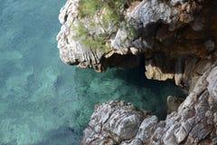 Vogelperspektive des blauen Meeres und der Felsen Stockbild