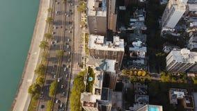 Vogelperspektive des Chicagos, Amerika morgens Drohnenfliegen entlang der Küste des Michigan Sees und der Straße stock video