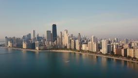 Vogelperspektive des Chicagos, USA auf dem Ufer des Michigansees im Abstieg Bootsreiten nahe dem Stadtzentrum stock video footage