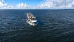 Vogelperspektive des Containerschiffsegelns im Meer Stockbilder