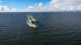 Vogelperspektive des Containerschiffsegelns im Meer Lizenzfreies Stockbild