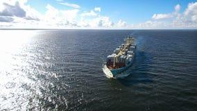 Vogelperspektive des Containerschiffsegelns im Meer Stockfoto