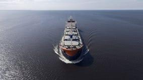 Vogelperspektive des Containerschiffsegelns im Meer Stockfotos