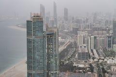 Vogelperspektive des Corniche-Straßenbaus nachts, Abu Dhabi Lizenzfreies Stockfoto