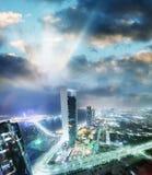 Vogelperspektive des Corniche-Straßenbaus nachts, Abu Dhabi Lizenzfreie Stockbilder