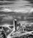 Vogelperspektive des Corniche-Straßenbaus nachts, Abu Dhabi Lizenzfreie Stockfotos
