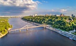 Vogelperspektive des Dnieper mit der Fußgängerbrücke in Kiew, Ukraine Stockbilder