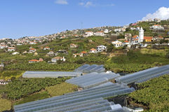 Vogelperspektive des Dorfs in der Gebirgslandschaft Stockfotografie