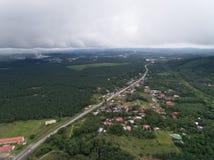 Vogelperspektive des Dorfs und der Palmölplantage Lizenzfreies Stockfoto
