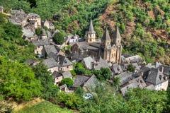 Vogelperspektive des Dorfs von Conques in Süd-Frankreich stockbilder