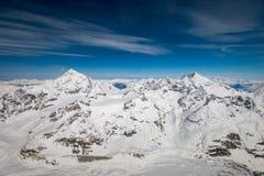 Vogelperspektive des Einbuchtung Blanche-Gebirgslinks- und Weisshorn-Gebirgsrechtes in den Schweizer Alpen lizenzfreies stockfoto