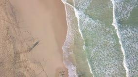 Vogelperspektive des einsamen Strandes stock footage