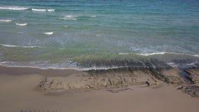 Vogelperspektive des einsamen Strandes stock video