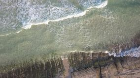 Vogelperspektive des einsamen Strandes stock video footage