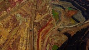 Vogelperspektive des enormen, modernen Tagebaubergwerkes stock video footage