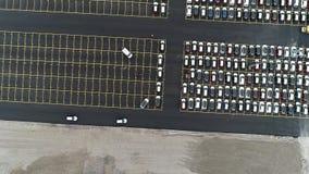 Vogelperspektive des enormen Parkplatzes f?r Neuwagenimporte stock footage