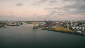 Vogelperspektive des erstaunlichen Sonnenuntergangs am Hafen von Hamburg, Deutschland stock video footage