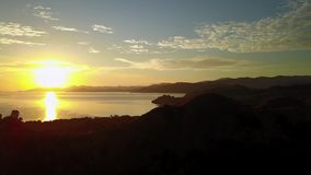Vogelperspektive des exotischen Sonnenaufgangs in Labuan Bajo stock footage