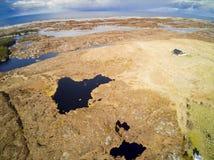 Vogelperspektive des felsigen Geländes der norwegischen Insel, klein stockfotos