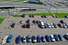 Vogelperspektive des Flughafenautos drängte Parkplatz in internationalem Flughafen Pulkovo in St Petersburg, Russland lizenzfreie stockfotos