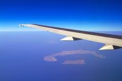 Vogelperspektive des Flugzeugflügels und der Santorini-Insel stockfotografie