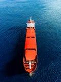 Vogelperspektive des Frachtschiffs im blauen Meer Ansicht von oben des roten Leercontainerschiffs im Meer lizenzfreies stockfoto