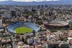 Vogelperspektive des Fußballstadions und Stierkampf schellen in Mexiko-Verdichtereintrittslufttemperat Lizenzfreie Stockfotografie