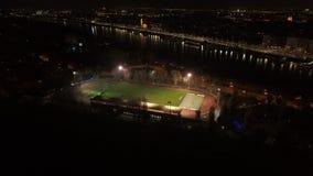 Vogelperspektive des Fußballteams übend nachts stock video
