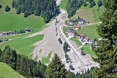 Vogelperspektive des Gebirgsstromes in den österreichischen Alpen blockiert nach einem enormen Mudflow mit Bagger- und LKW-Funkti Lizenzfreie Stockbilder