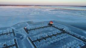 Vogelperspektive des gefrorenen Choptank-Fluss-Leuchtturmes und der Marina Cambridge Marylands stock video footage