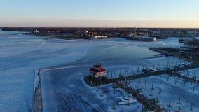 Vogelperspektive des gefrorenen Choptank-Fluss-Leuchtturmes und der Marina Cambridge Marylands stock footage