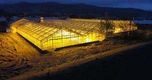 Vogelperspektive des Gewächshauses in der Nacht Hubschrauber, der über den Landwirtschaftsbauernhof, Feld mit Anlagen fliegt stock footage
