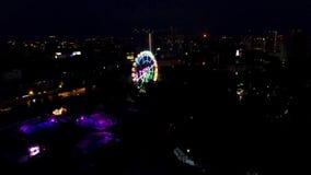 Vogelperspektive des Glücksrads nachts am Park clip Dieses ist eins der Welt-` s größten mobilen Riesenräder stock footage