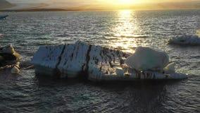 Vogelperspektive des Gletschers und der Eisberge in der Gletscherlagune in Island stock video footage