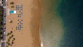 Vogelperspektive des goldenen Sandes des Strandes Las Teresitas, Teneriffa, Canaries, Spanien stock video