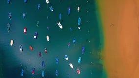 Vogelperspektive des goldenen Sandes des Strandes Las Teresitas und der bunten Boote, Teneriffa, Canaries, Spanien stock video footage